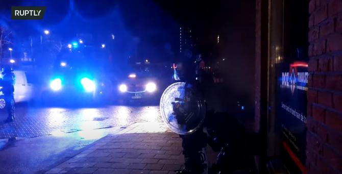 A doua noapte de revolte în mai multe orașe din Țările de Jos după impunerea noilor restricţii anti-Covid. Poliția a folosit tunuri cu apă - VIDEO
