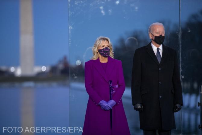 Președintele ales, Joe Biden, alături de soțiea sa,  Jill Biden, la evenimentiul dedicat ăn memoria victimelor răpuse de COVID, la Memorialul Lincoln din Washington