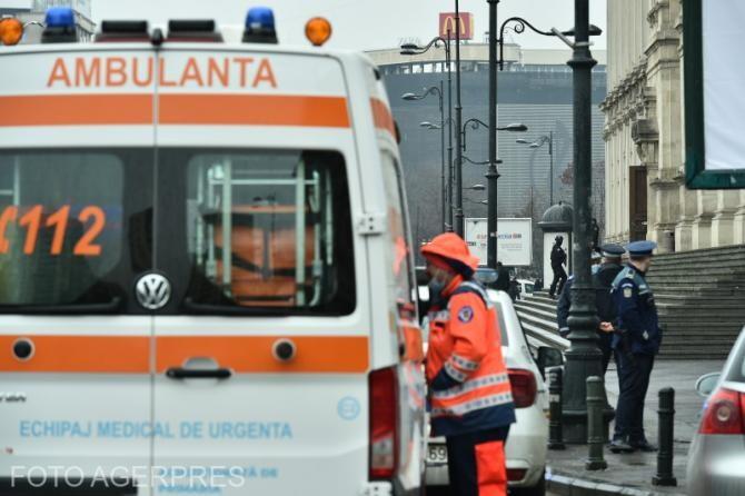 Ambulanță în șanț în urma unui accident cu un autoturism. O șoferiță a fugit de la locul accidentului. Foto cu caracter ilustrativ.
