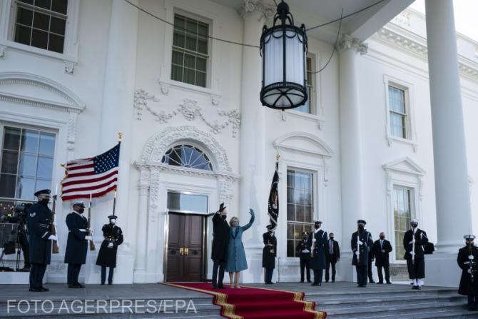 Soții Biden la intrarea în Casa Albă.