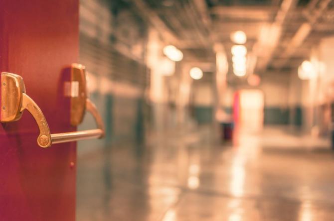 O fetiţă de 8 ani a căzut de la etajul I al unui bloc / Foto Pexels