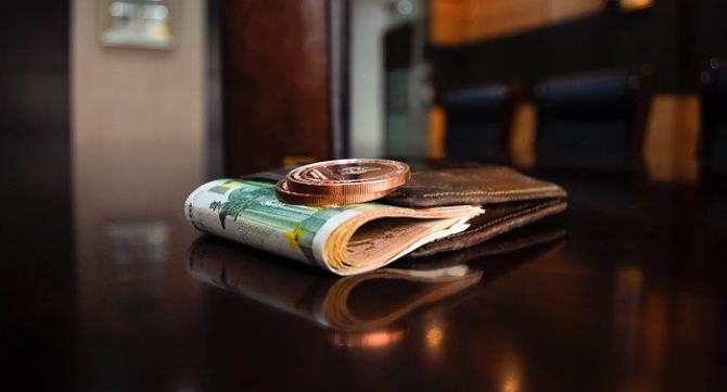 Gest de milioane, demn de urmat. Un bărbat din Alba Iulia a returnat un portmoneu plin cu bani, carduri şi documente, găsit pe stradă