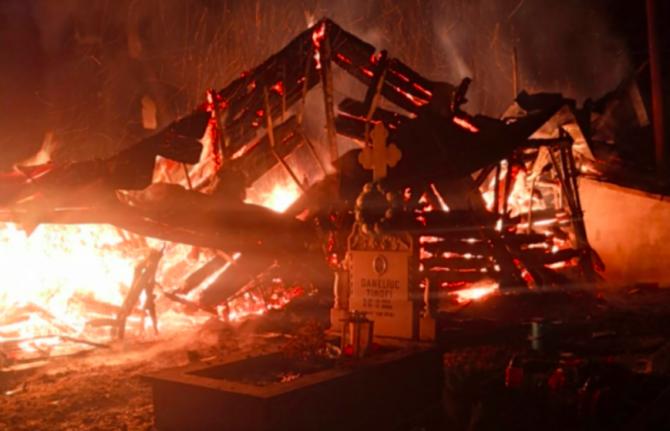 Două icoane au fost găsite intacte după incendiul de la biserica / Foto ISU Suceava