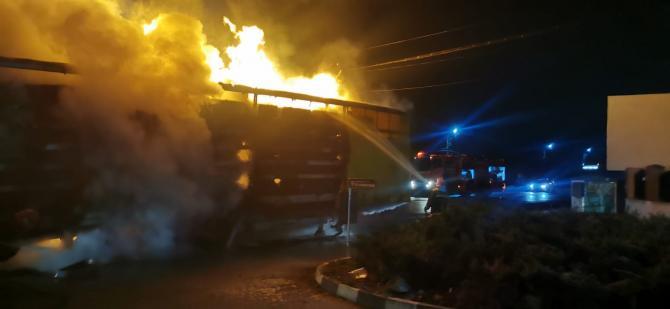 Incendiu violent la un camion aflat pe DN7. Foto: ISU Vâlcea