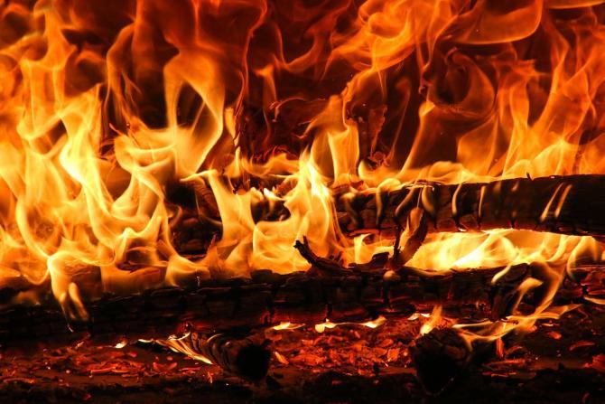 Incendiu puternic izbucnit într-o locuinţă din București. Doi copii au fost scoși din flăcări și transportaţi la spital