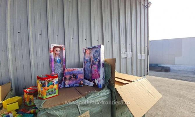 Container cu jucării contrafăcute, confiscat de polițiști.