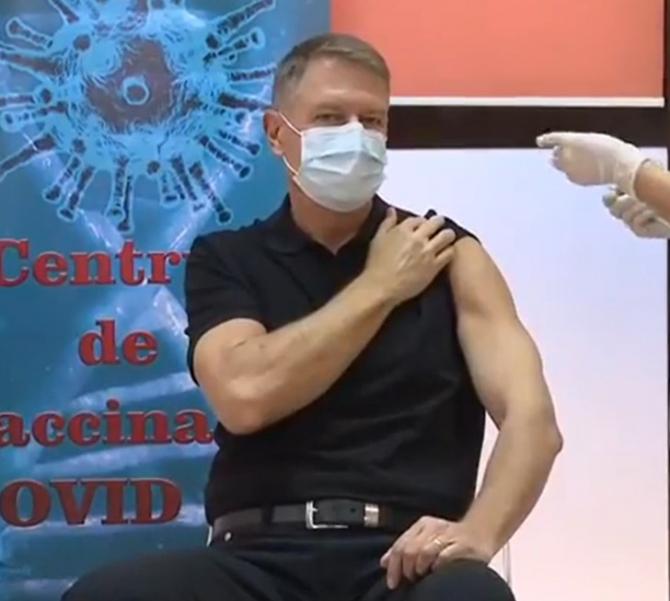 Klaus Iohannis s-a vaccinat anti-Covid-19, arătându-și brațul lucrat în opinia lui Marian Godină