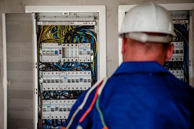 Liberalizare piață. Clienţii Electrica Furnizare pot trece în piaţa concurenţială doar cu buletinul