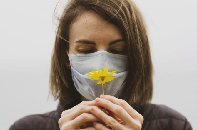 Cercetătorii au motive să creadă că pierderea gustului și a mirosului nu mai sunt simptome atât de dese la varianta britanică