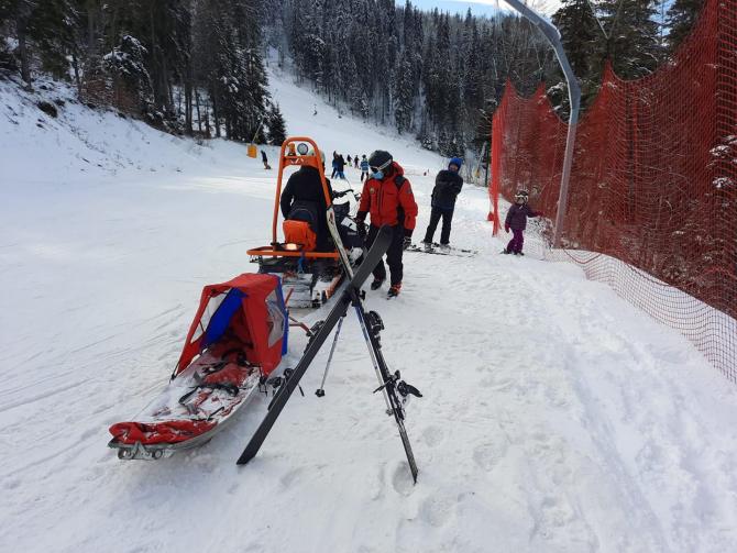 Persoane accidentate la schi în Poiana Brașov. Salvamontiștii au intervenit. Sursa foto: Salvamont Poiana Brașov