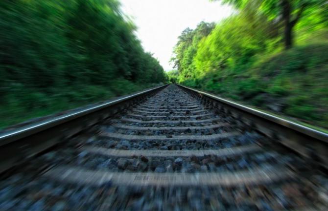 Un bărbat a fost ucis de tren când încerca să traverseze neregulamentar șinele