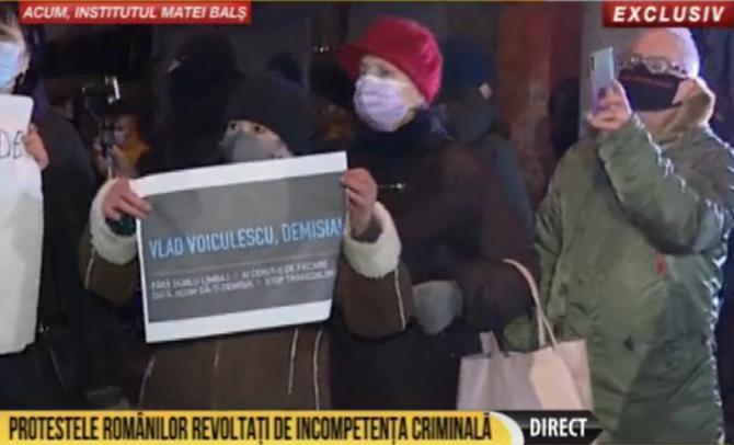 """Oamenii cer demisii în fața Spitalului """"Matei Balș"""". Printre protestatari s-a aflat și Tudor Ionescu. Foto: captură România TV."""