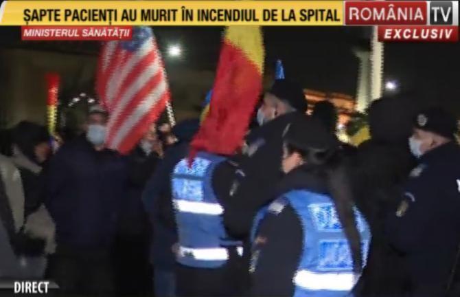 Protest la Ministerul Sănătății. Jandarmeria face apel la distanțare fizică. Foto: captură România TV.