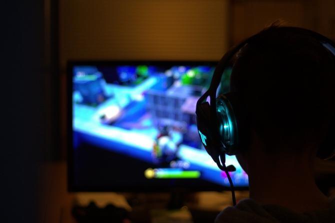 Un român a fost exasperat de un vecin care se juca pe calculator: Scotea sunete la 3 noaptea, urla, se bucura  /  Sursă foto: Pixbay