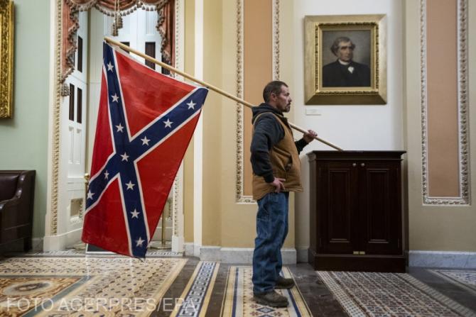 Bărbatul care a pătruns cu simbolul rasist în Capitoliul SUA a fost inculpat