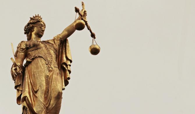 Tată și fiu, trimiși în judecată / Imagine de S. Hermann & F. Richter de la Pixabay