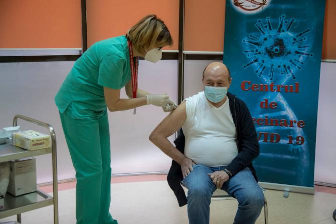 Traian Basescu, gluma dupa ce s-a vaccinat. Sursa foto: Facebook Spitalul Militar