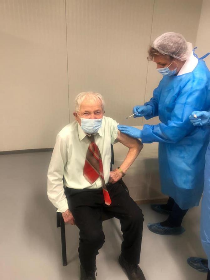 Un bărbat de 93 ani, cea mai vârstnică persoană din Piatra-Neamţ care s-a vaccinat împotriva COVID-19
