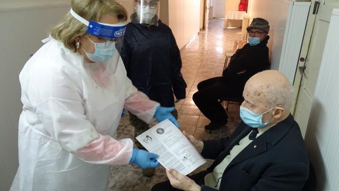 Doi veterani de război s-au vaccinat împotriva Covid-19. Foto: Ministerul Apararii Nationale, Romania