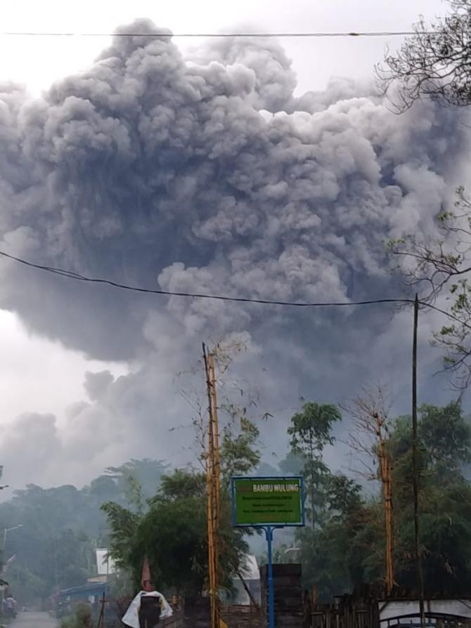 Eruptie vulcanul Semeru-Indonezia Sursa foto: Twitter