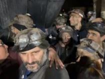 captură video cu minerii care au ieșit din mine după o săptămână