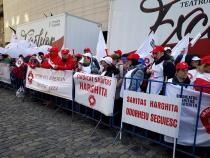 Sindicaliştii Federaţiei Sanitas pichetează Parlamentul