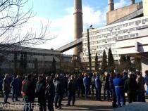Tensiune maximă în Valea Jiului. Sute de mineri aşteaptă, în curtea CEH, rezultatul negocierilor de la Bucureşti