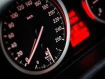 Viteza legală vs viteza adaptată la condiţii de drum. Sursa: Pixabay