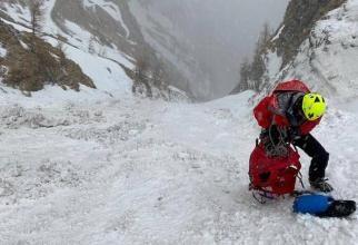 Un turist încălțat cu adidași a rămas blocat în jumătatea Caraimanului / Foto: Cipi Aldea Facebook