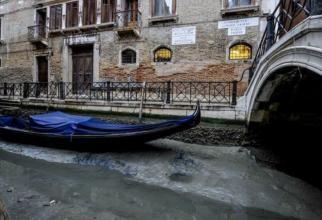 Canalele Veneției au secat. Gondolele blocate în mâl