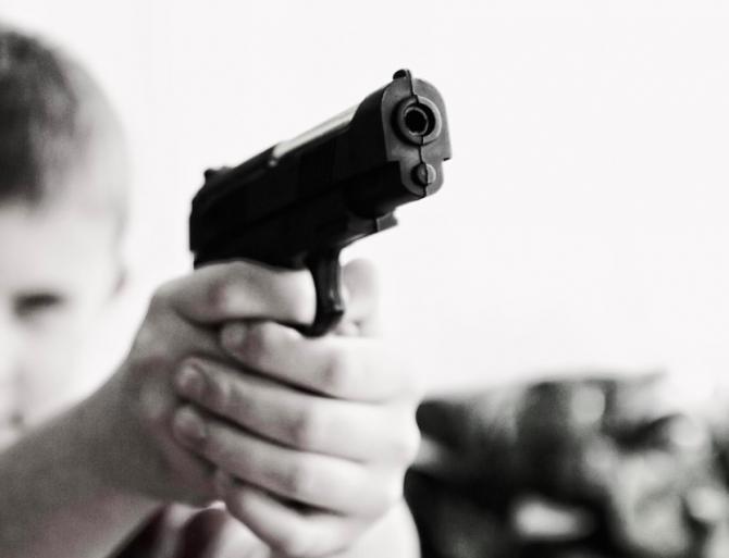 Copiii au descoperit arma în geanta mamei