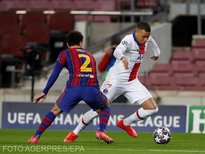 Sergino Dest dispută balonul cu atacantul lui Paris Saint-Germain, Kylian Mbappe
