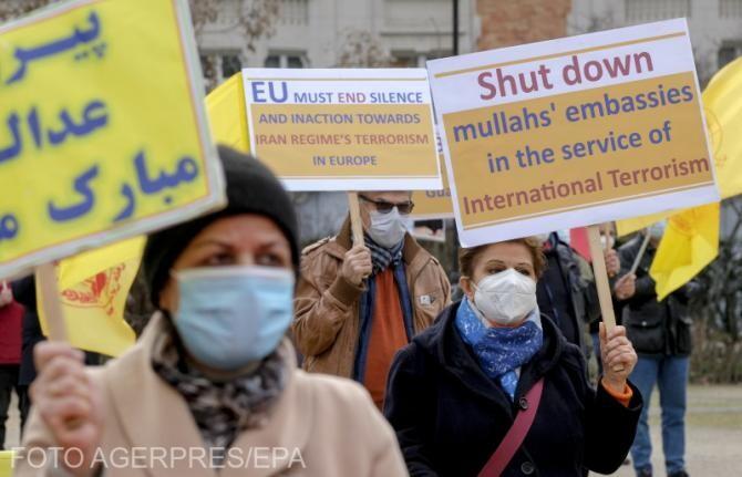 Reprezentanții susținătorilor iranieni ai Consiliului Național al Iranului protestează în timpul unei reuniuni a miniștrilor de externe ai UE la Bruxelles, când ar trebui să se discute despre soarta acordului nuclear iranian