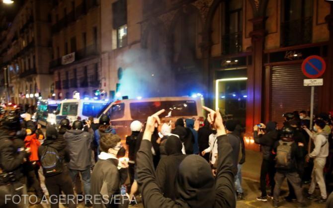 'Lluitar, crear poder popular' (luptă, creează puterea populară, în catalană), este sloganul manifestanților