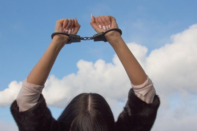 Ancuța Cârcu (AUR) a fost arestată preventiv / Imagine de Лечение наркомании de la Pixabay
