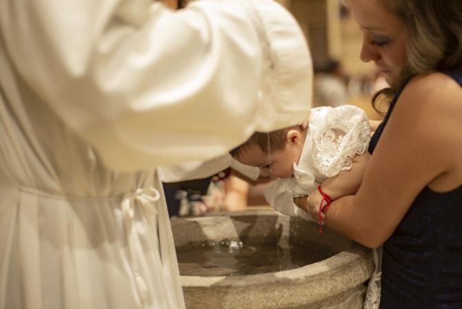 ÎPS Calinic spune că practica scufundării la botez trebuie analizată. Sursa: Pixabay