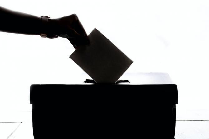 Catalonia, alegeri. De frica Covid-19, un cetățean a apărut la urne ca și când a ieșit dintr-un atac cu arme chimice/ video