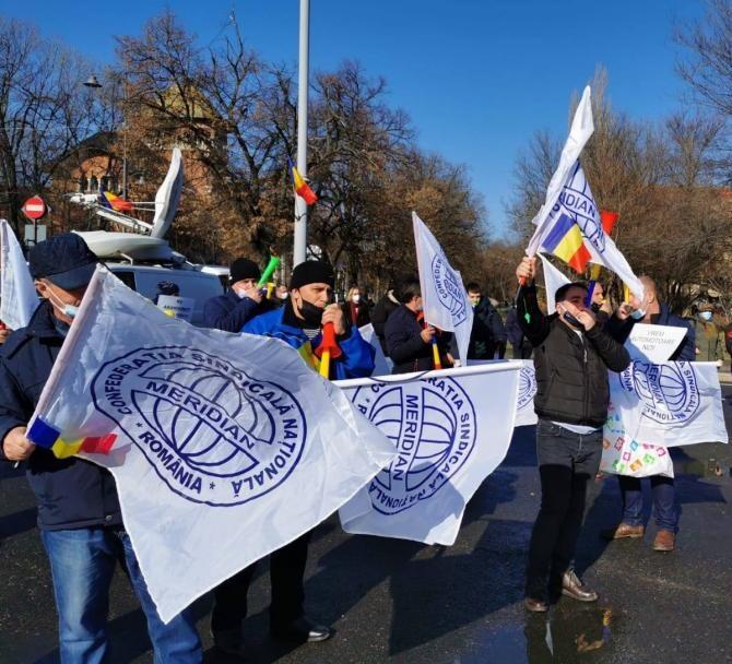 Ceferiştii protestează în faţa Ministerului Transporturilor: Legea statutul feroviarului, desfiinţarea Autorităţii pentru Reformă Feroviară şi păstrarea gratuităţii pentru studenți!