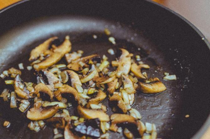 Salată de ciuperci cu maioneză și murături. Rețeta diferită cu care îți vei surprinde familia / Foto Pexels