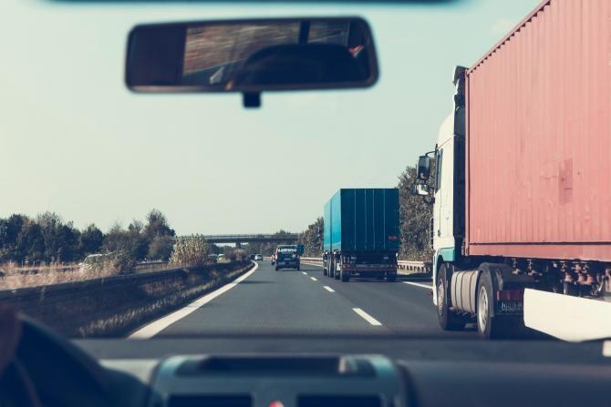 Cozi la granițele UE. Transportatorii stau la rând pentru a fi testați de SARS-CoV-2  /  Sursă foto: Pixbay