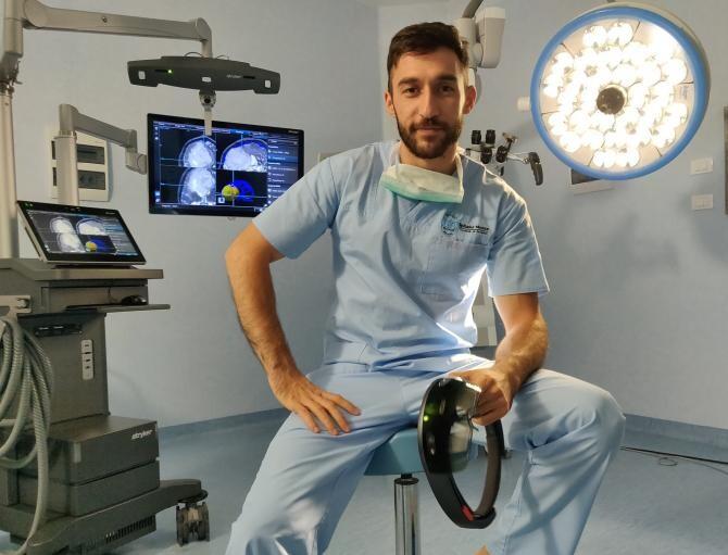 Dr Ciobotaru Georgian, medic rezident neurochirurg, arată cum machianul poate influența rezultatul unui RMN.