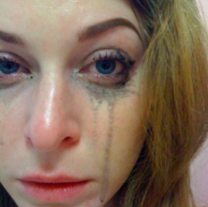 Esme Bianco îl acuză pe Manson că a traficat-o și a tăiat-o pe piept cu cuțitul
