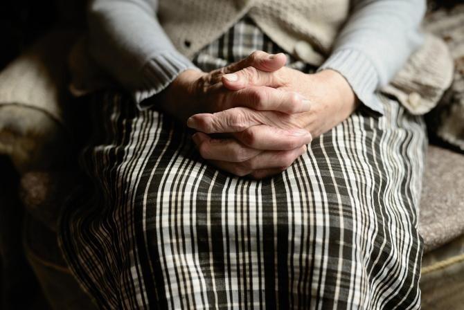 O femeie de 90 de ani din Tulcea s-a ales cu dosar penal pentru distrugere / Imagine de congerdesign de la Pixabay