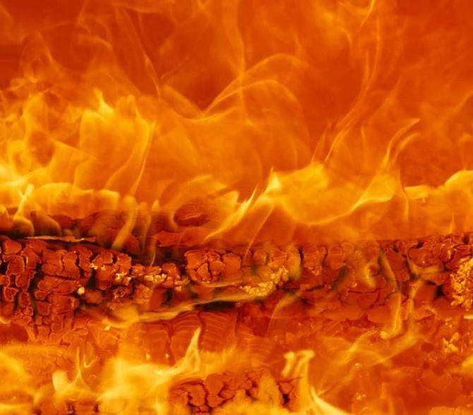 Mai multe echipaje de pompieri au intervenit, luni seara, pentru stingerea unui incendiu care se manifesta la acoperişul unei grădiniţe din zona centrală a Timişoarei.