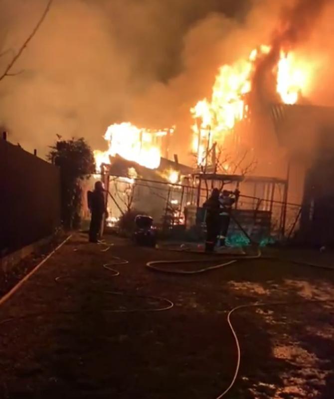 Incendiu violent la o pensiune din Constanța. Proprietarii s-au autoevacuat. Foto: ISU Constanța