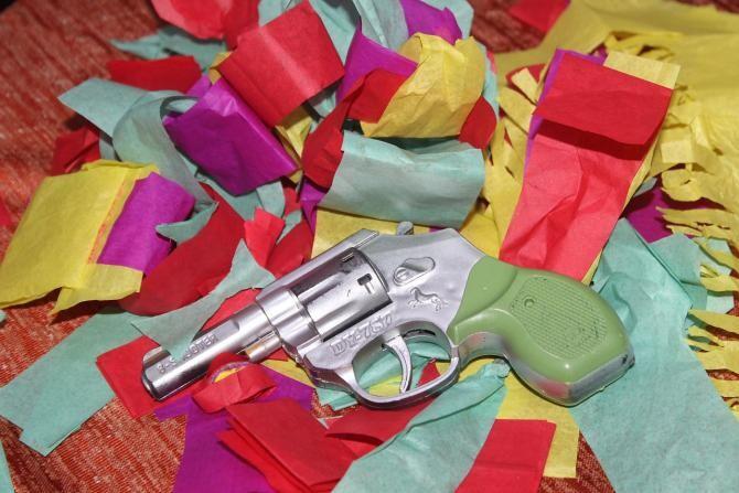 Amenințări cu pistolul de jucărie pentru două iaurturi / Imagine de Ashutosh Sharma de la Pixabay