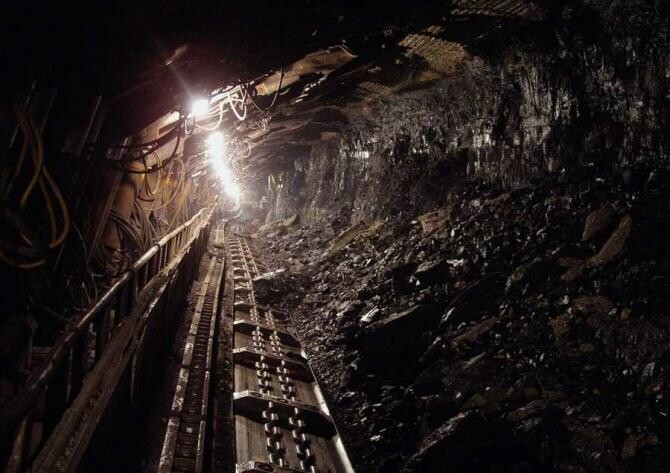 Sute de oameni au luat parte la un marş de solidaritate spontan cu minerii autoblocaţi în subteran la Lupeni - VIDEO