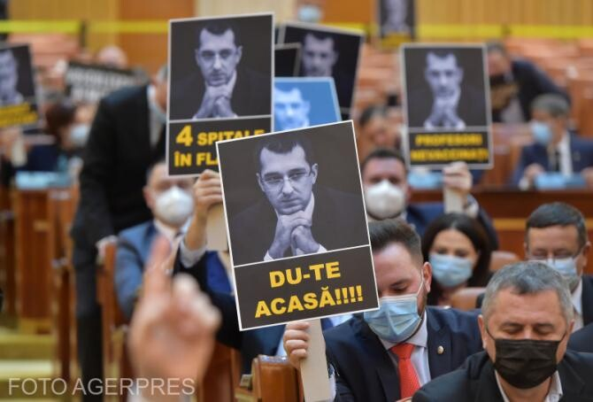 Într-o țară în care oamenii ard prin spitale, lui Vlad Voiculescu îi arde de glumițe.