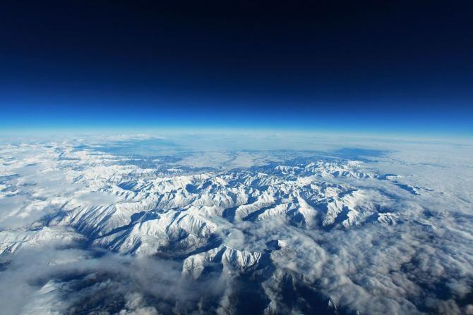 Zăpada este până la etajul 1 la cabana Salvamont de la Cota 2000 din Munții Făgăraș / Foto cu caracter ilustrativ: Pixbay