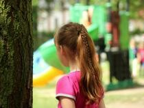Fetiță abuzată sexual de părinți, foto ilustrativ / Imagine de _Alicja_ de la Pixabay